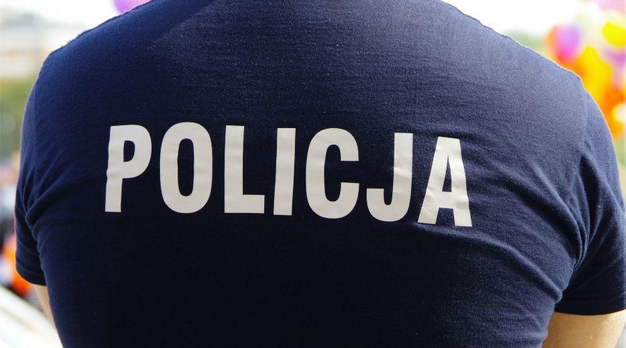 policja napis na koszulce policjanta, biało-granatowe