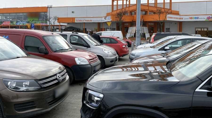 Samochody na parkingu OBI