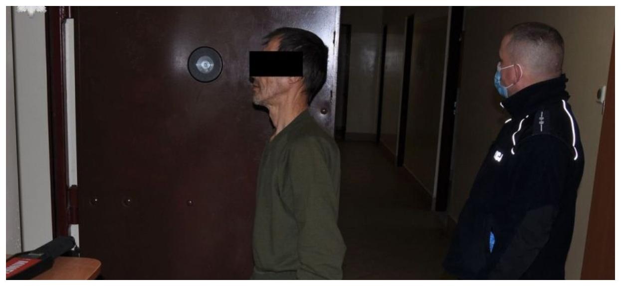 Mężczyzna czekający przed celą
