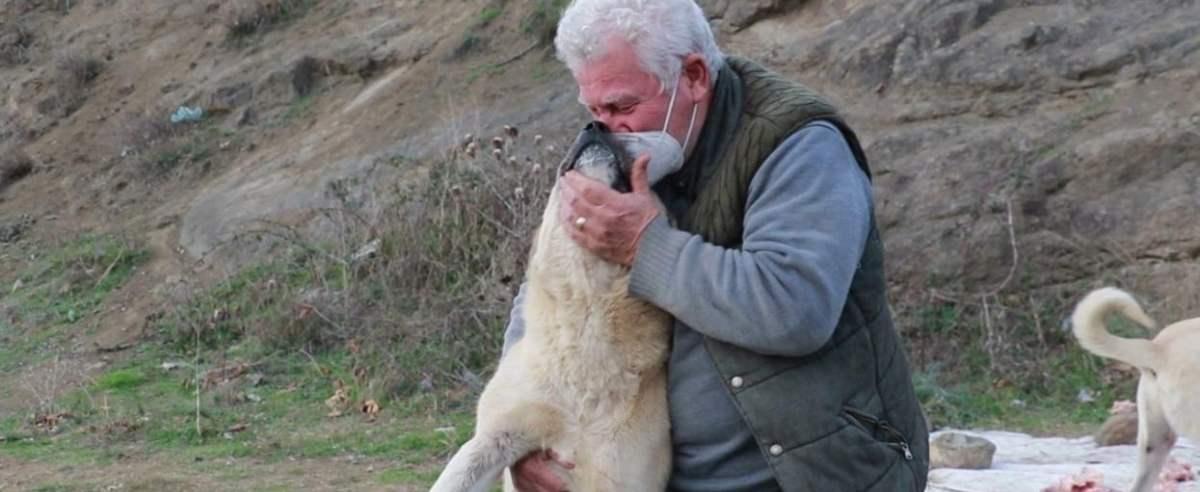 emeryt całuje psa