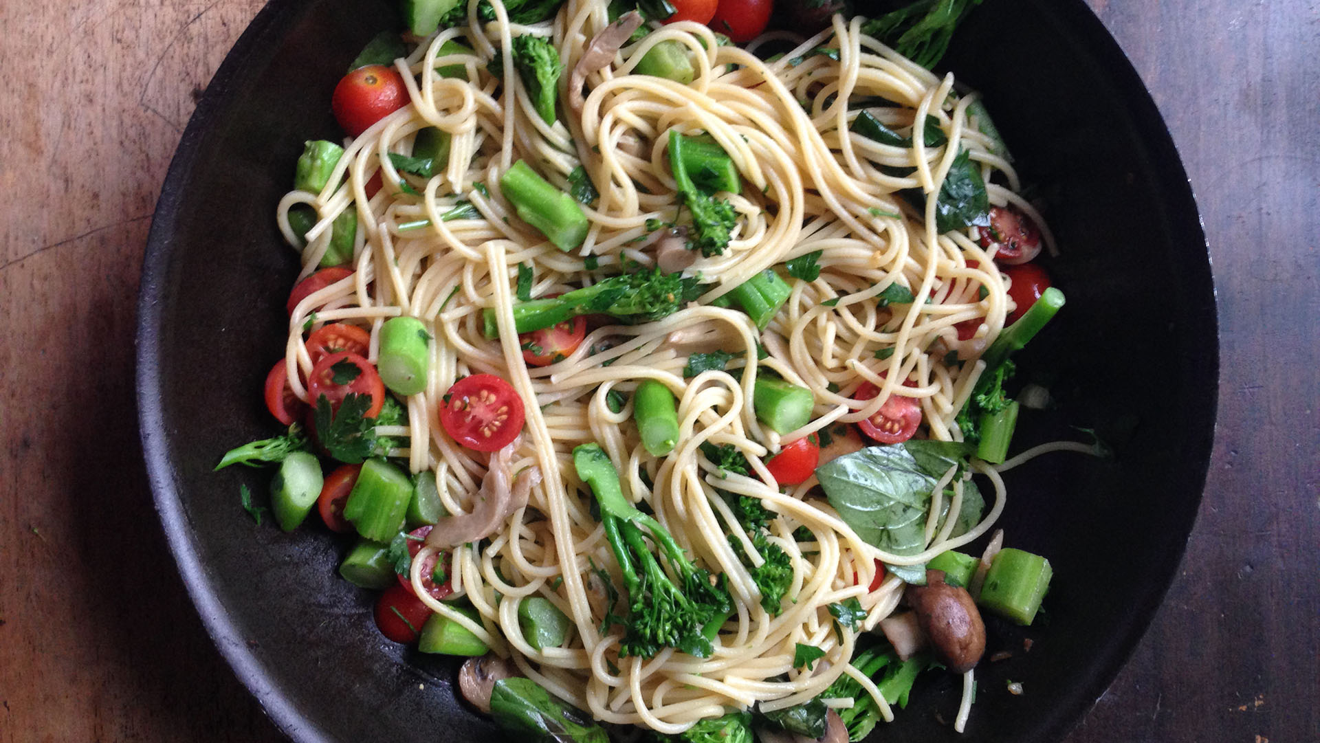 Crunchy veggie and herb spaghetti
