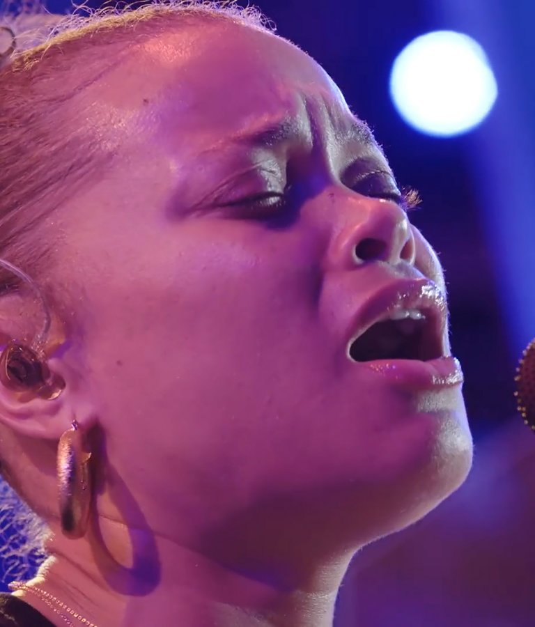 Andra Day, close-up