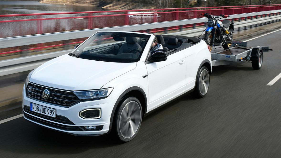 VW T-Roc Cabriolet mit Anhänger.