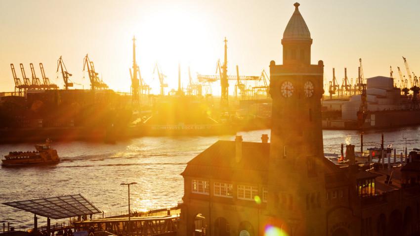 Hamburg lockt mit seiner Partymeile Reeperbahn.