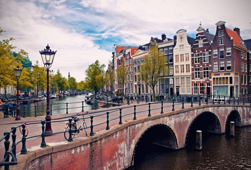 Guttetur på kanalene i Amsterdam