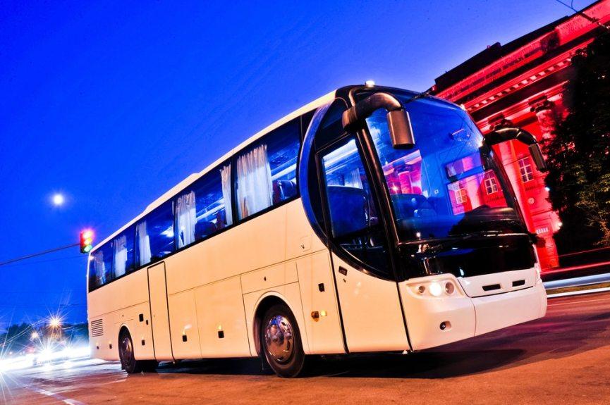 Mit dem Fernbus liegt man für die Anreise meistens am günstigsten.