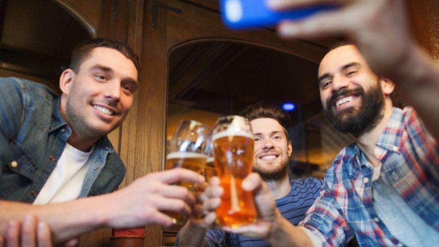Und Cheers! Beim JGA Mallorca dürfen Bier und Sangria nicht fehlen.