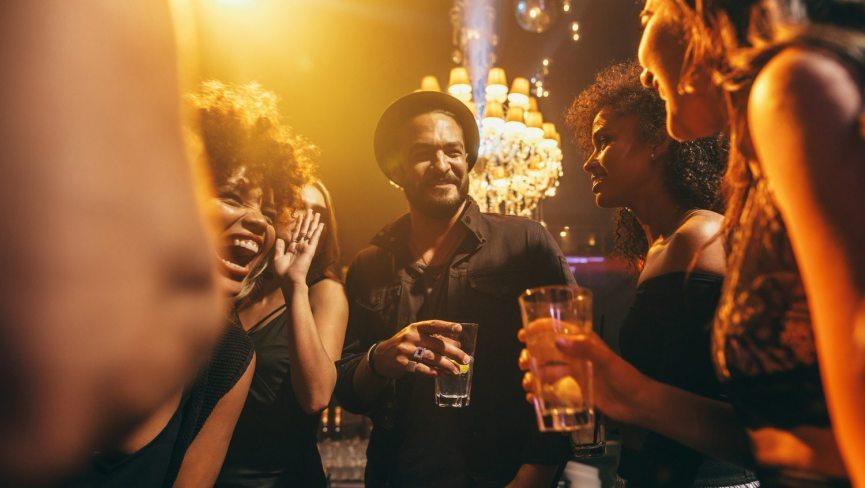 Party in den Bars der Stadt