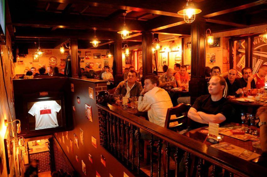 Tischreservierung in einer Sports Bar