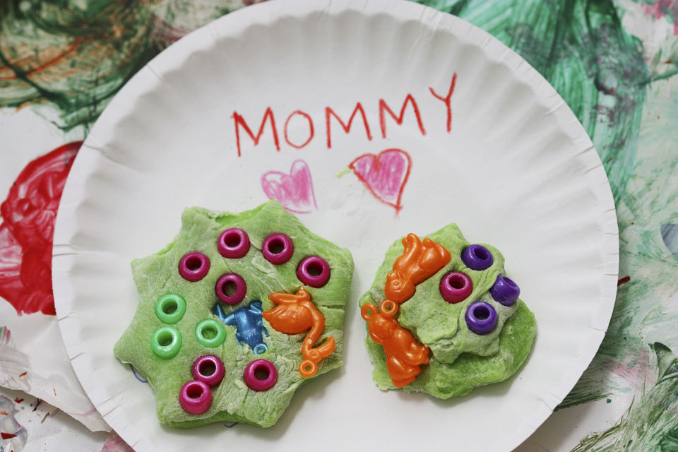 Playdough crafts on paper plate