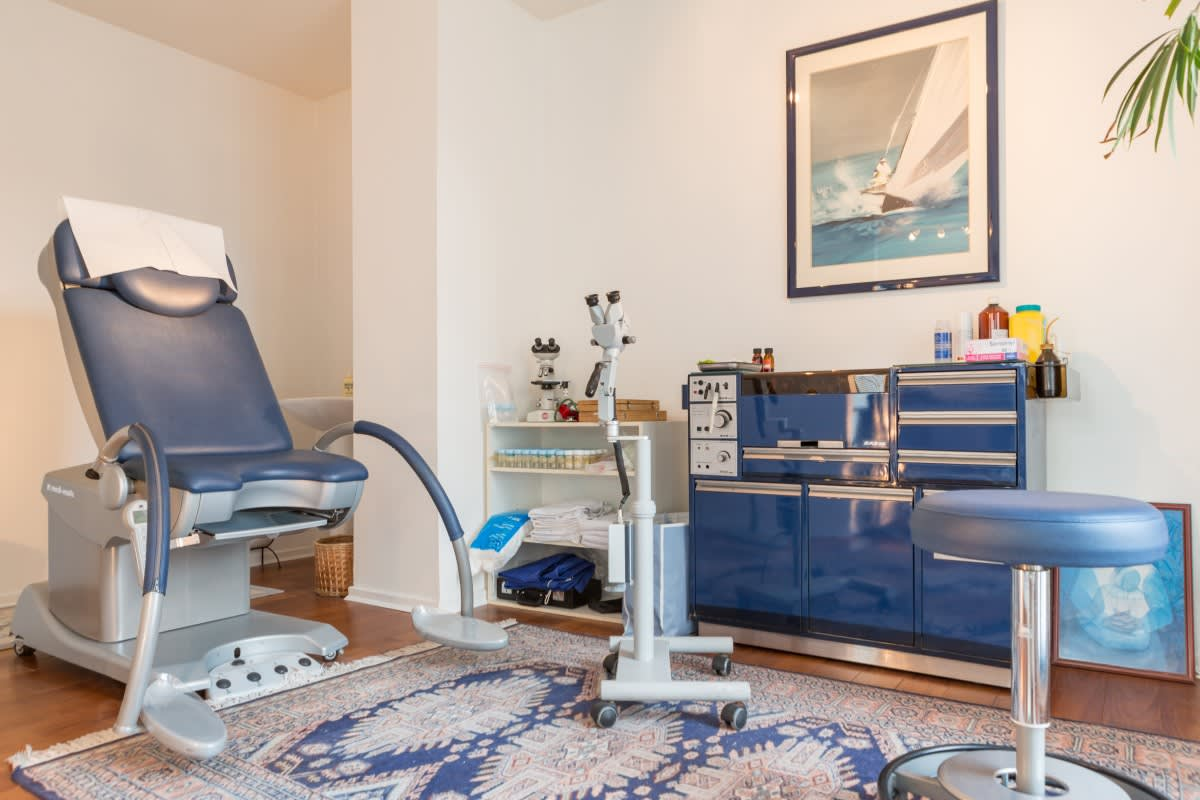 Projet_réalisé_un-parquet-massif-exotique-pour-rechauffer-un-cabinet-medical