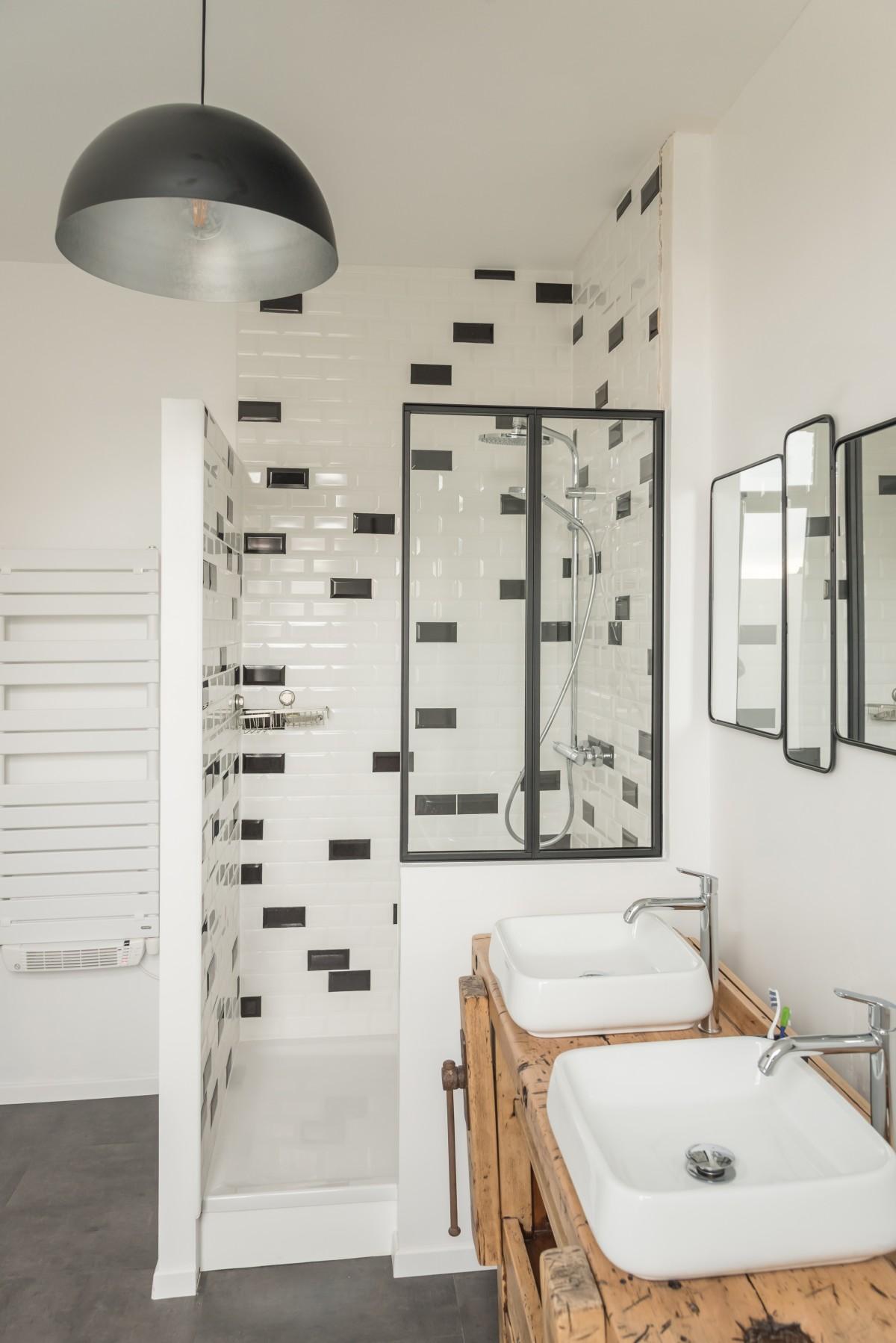 Carrousel_un-sol-effet-beton-dans-une-salle-de-bain-esprit-atelier_1