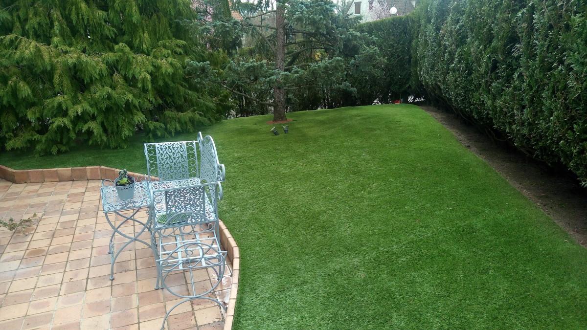 Projet_réalisé_un-gazon-synthetique-bluffant-pour-un-jardin-en-relief