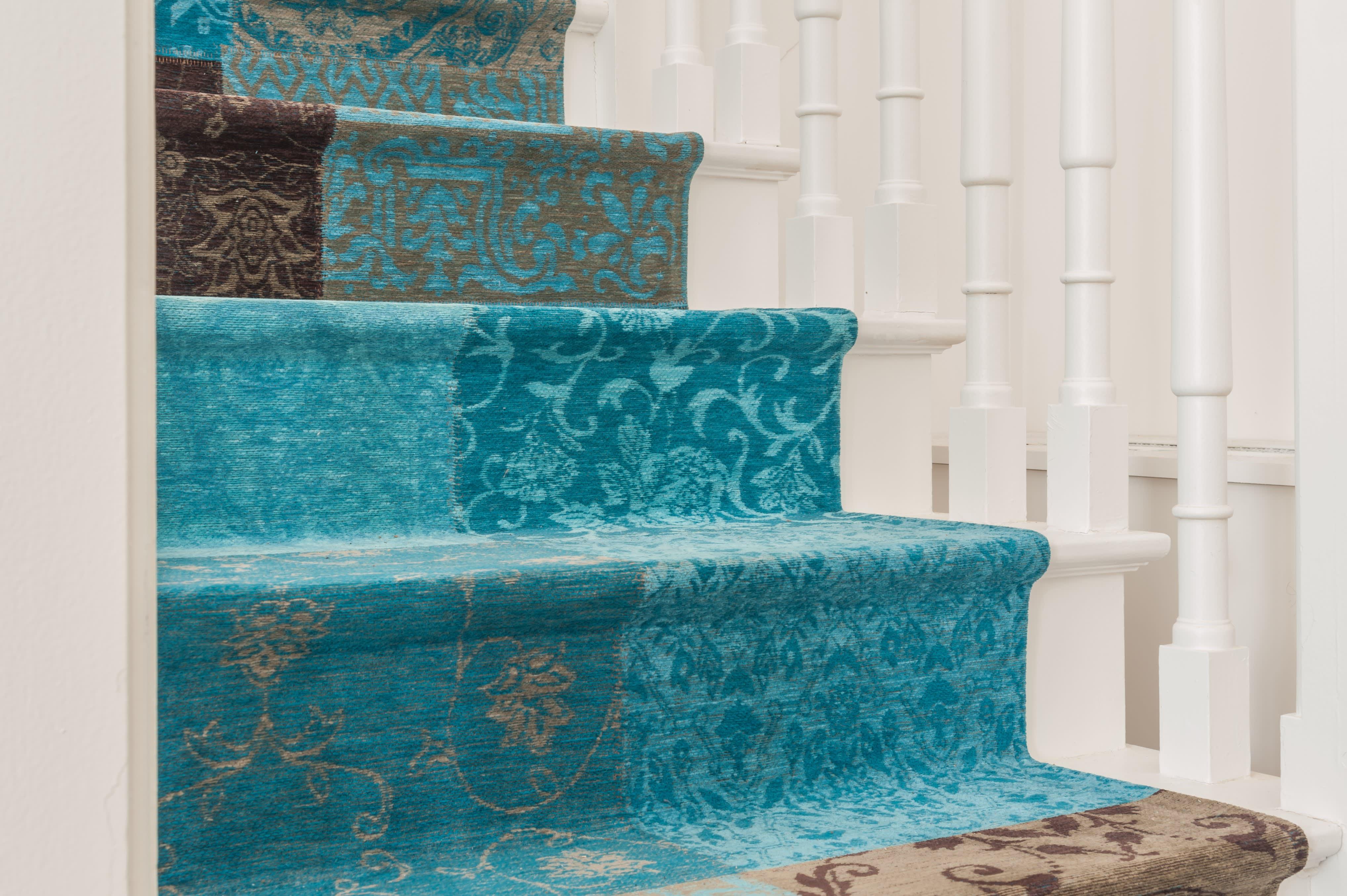 Projet_réalisé_un-tapis-sur-mesure-pour-coordonner-salon-et-descente-descalier