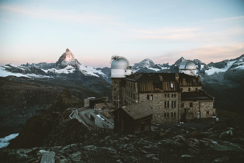 Panorama am Gornergrat bei Abenddämmerung im Sommer Kulmhotel