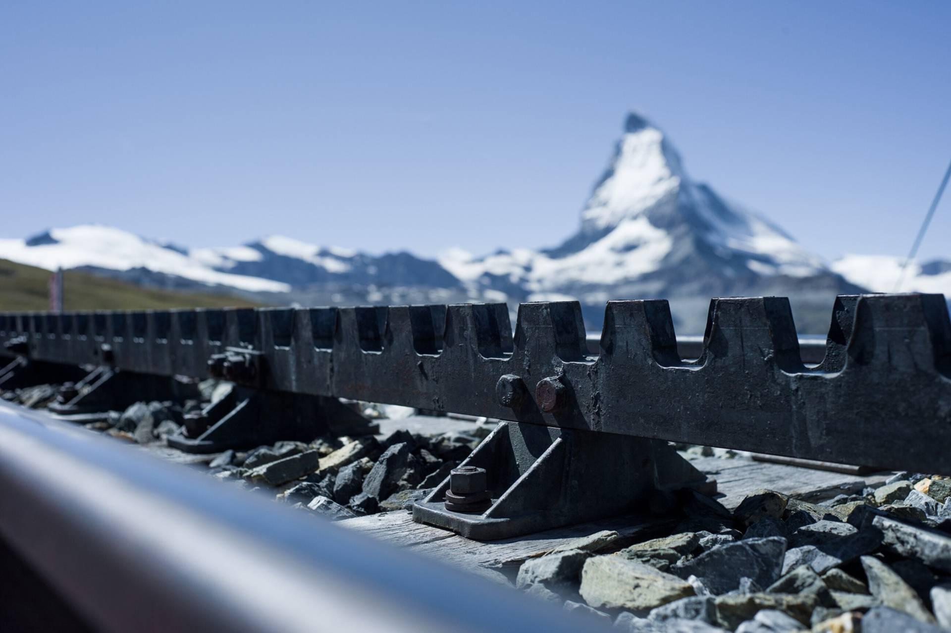 Zahnstange der Gornergrat Bahn mit Matterhorn im Hintergrund