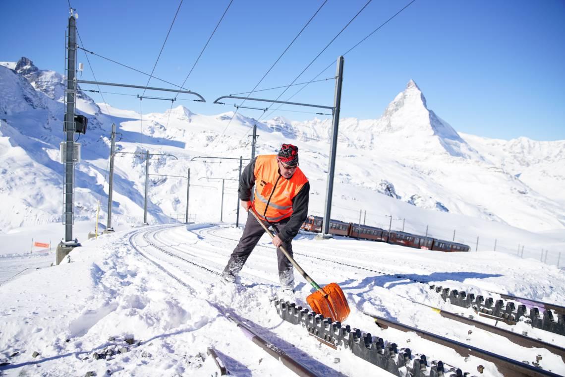Reinigung der Weichen und Zahnstangen bei der Gornergrat Bahn im Winter