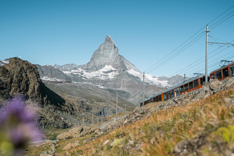 Zug der Gornergrat Bahn beim Riffelsee im Sommer