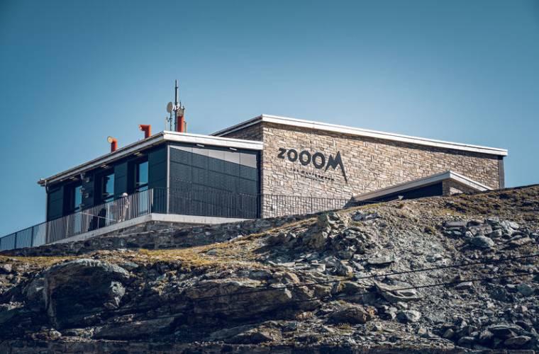 Zooom the Matterhorn Gebäude von der Station aus