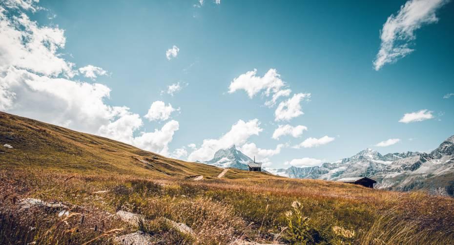 Wanderweg und Kapelle auf Riffelberg mit Matterhorn im Hintergrund im Sommer, Zermatt
