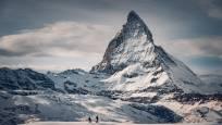 Schneeschuhwanderer am Gornergrat oberhalb Zermatt mit Matterhorn im Hintergrund