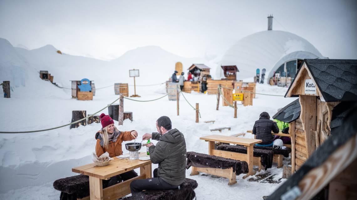 Fondue de déjeuner en Igloo sur la terrasse de l'Igloo Village Zermatt à Rotenboden