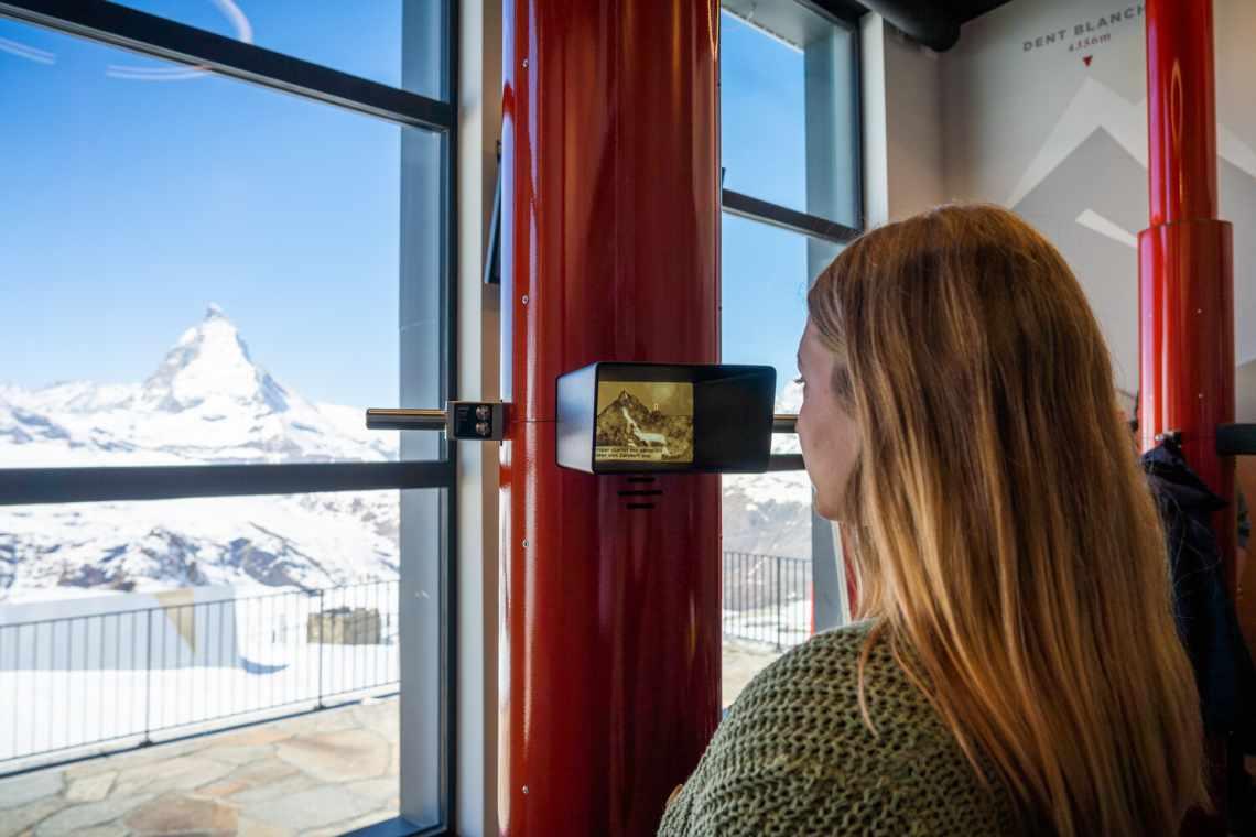"""Blick durch das Periskop auf das Matterhorn - in der Erlebniswelt """"Zooom the Matterhorn"""" am Gornergrat"""
