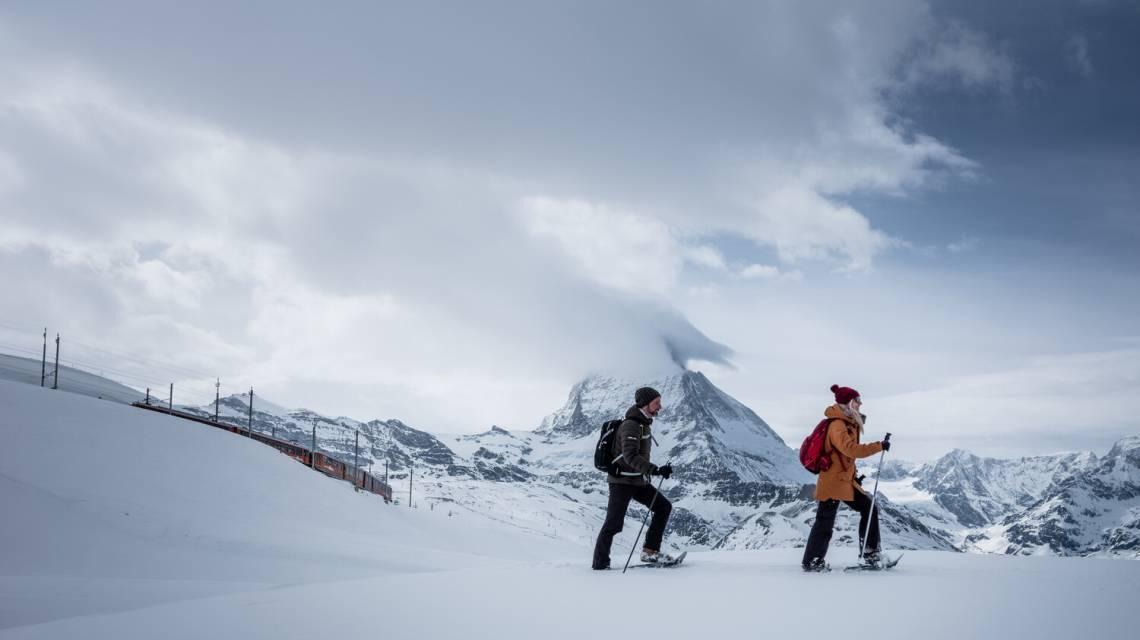 Randonneur en raquettes sur le chemin de Rotenboden à Riffelberg en hiver, Zermatt, Suisse