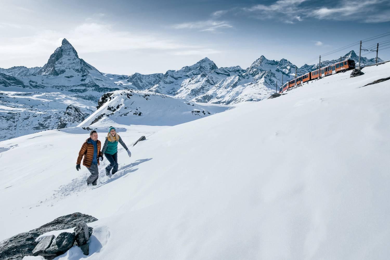 Couple en randonnée hivernale au Gornergrat au dessus de Zermatt