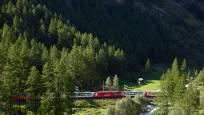 Glacier Express sur le chemin à Zermatt en été