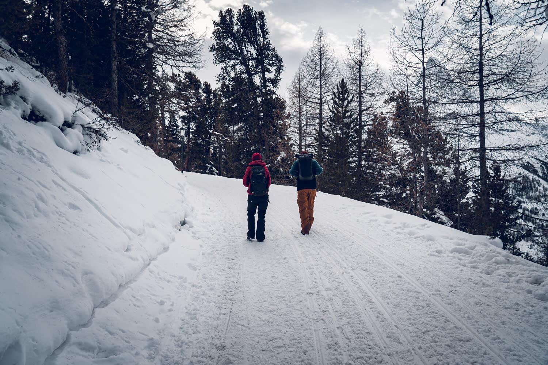 Winterwanderer auf der Riffelalp oberhalb Zermatt
