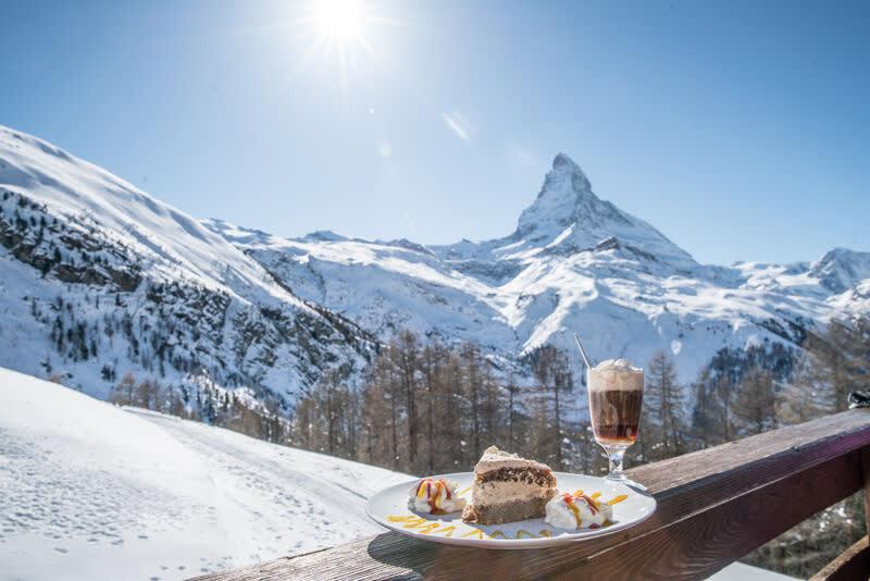 Dessert sur la terrasse ensoleillée du restaurant Alphitta devant le Cervin sur la Riffelalp. Une partie du billet gourmet
