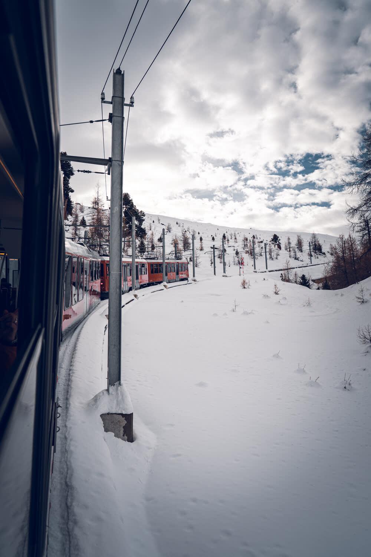 Bergfahrt mit der Gornergrat Bahn von Zermatt auf den Gornergrat im Winter