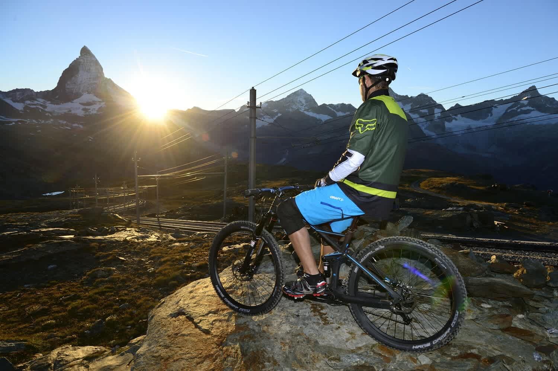 Mountainbike am Gornergrat im Sonnenuntergang