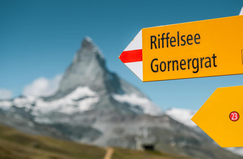 Sentier de randonnée sur le Riffelberg avec balisage en direction du Riffelsee et du Gornergrat