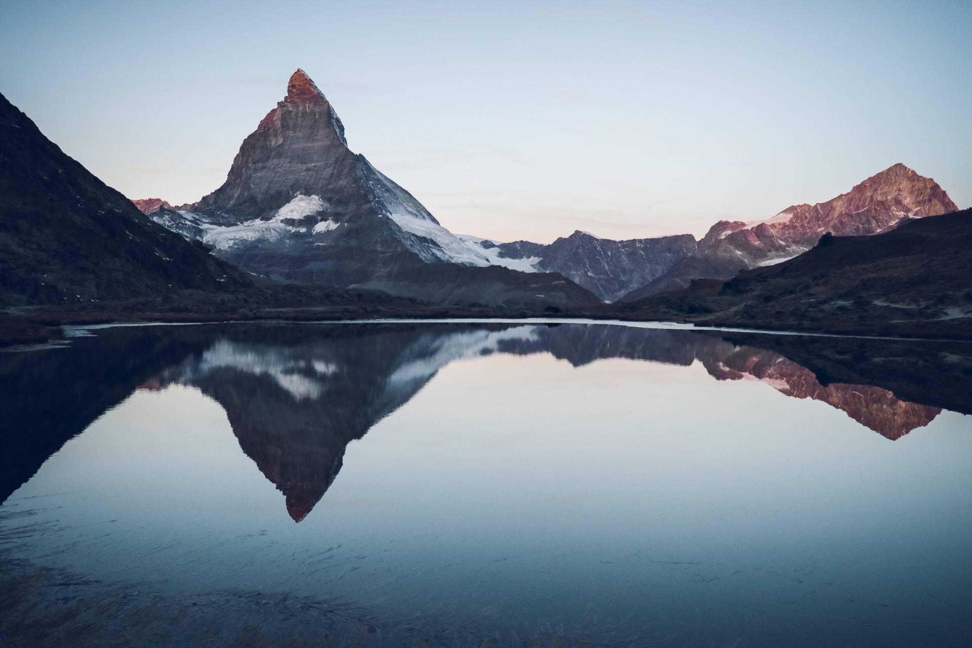 Sonnenaufgang am Riffelsee mit Matterhorn oberhalb Zermatt, Schweiz
