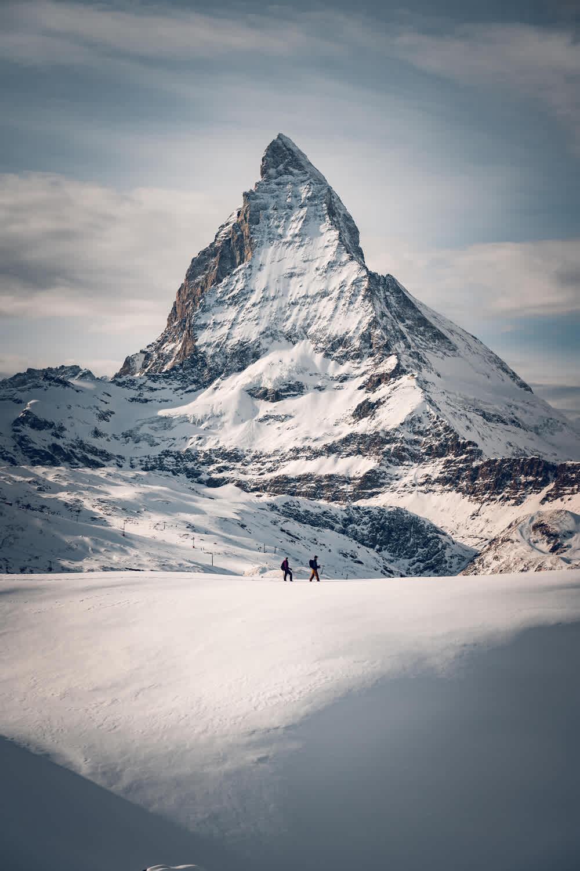 Schneeschuhwanderer auf dem Panorama Trail am Gornergrat mit Matterhorn im Hintergrund, Zermatt, Schweiz