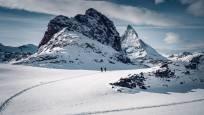 Schneeschuhtour Panorama Trail am Gornergrat beim gefrorenen Riffelsee oberhalb Zermatt