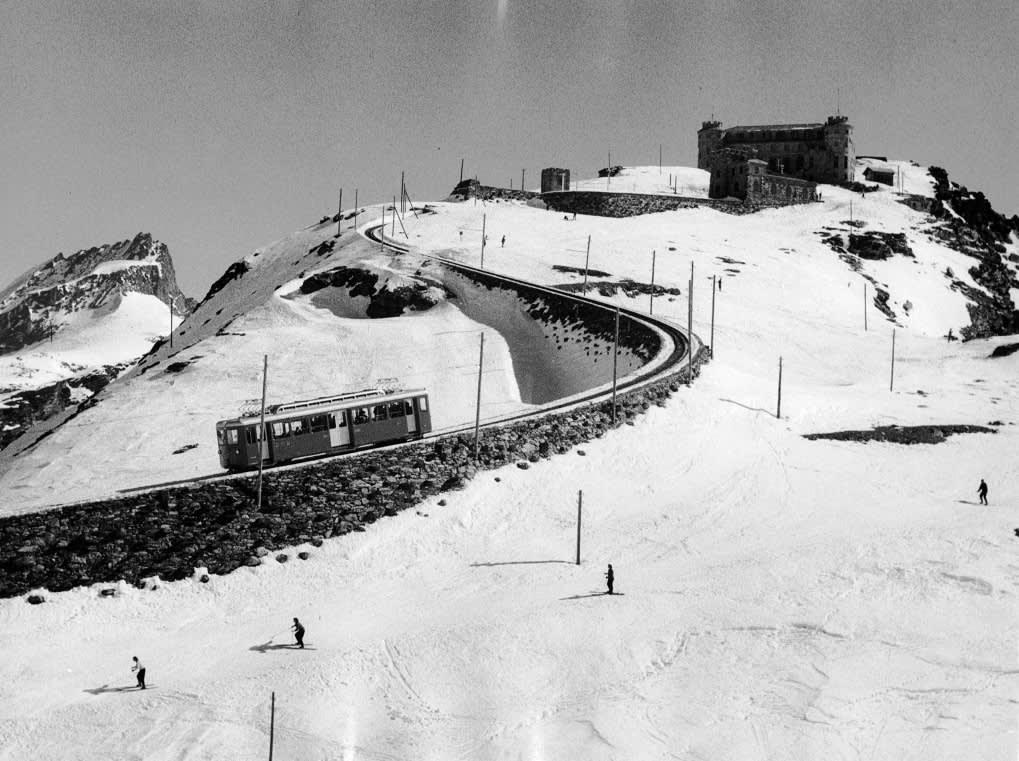 Skieurs au Gornergrat dans les années 1940 avec le Gornergrat Bahn en arrière-plan, Zermatt, Suisse