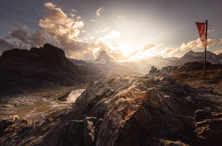 Matterhorn und Riffelsee bei Sonnenuntergang im Herbst