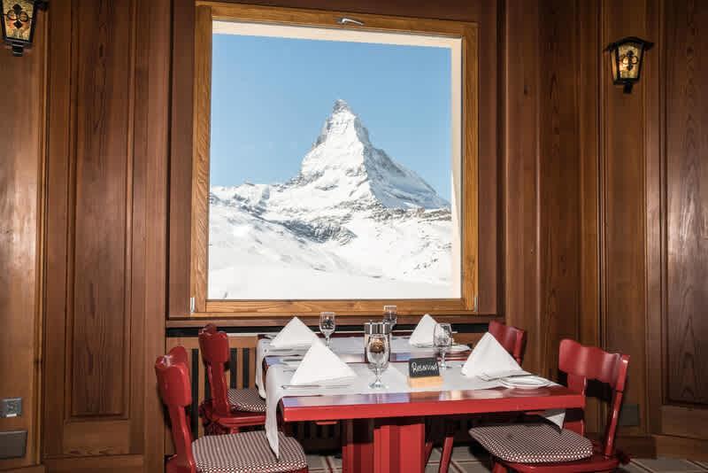 Aussicht von innen auf das Matterhorn vom Restaurant Riffelhaus