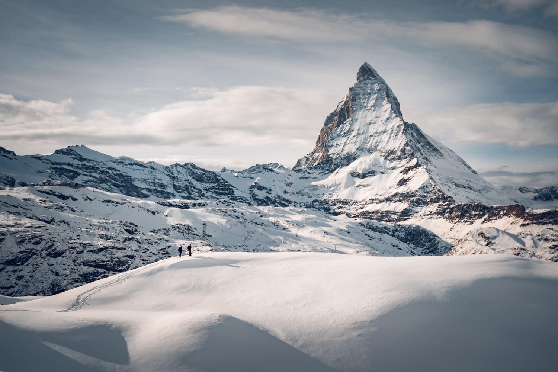 Randonneurs en raquette au Gornergrat au-dessus de Zermatt devant la coulisse du Cervin