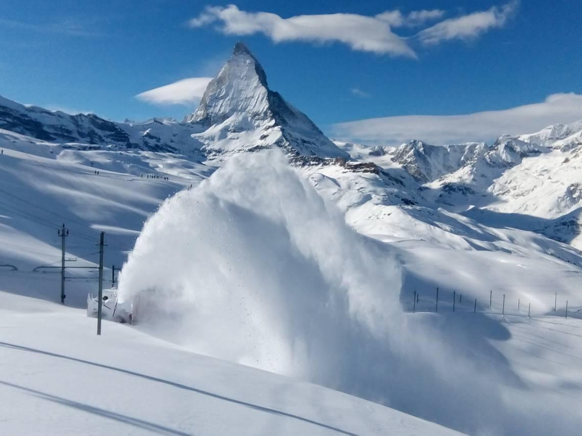 Déblaiement de la neige au Gornergrat au-dessus de Zermatt