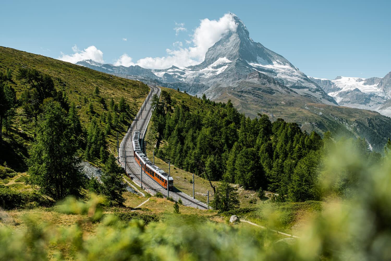 Le Gornergrat Bahn sur l'alpage de Riffel au-dessus de Zermatt en été