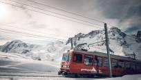 Le Gornergrat Bahn dans la neige devant les montagnes
