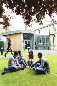 一群国际学生坐在INTO中心门口外