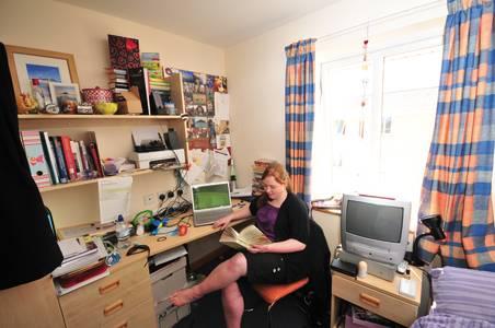 学生在Eildon Annexe学生公寓独立卫浴单间内读书