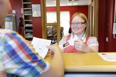 宿舍员工在Elm学生城中帮助学生