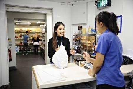 学生在商店及外卖餐厅中向员工购买食物