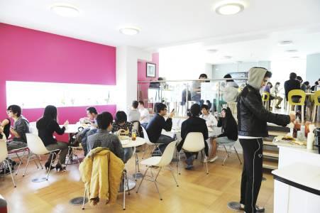 国际学生在INTO中心咖啡厅用餐